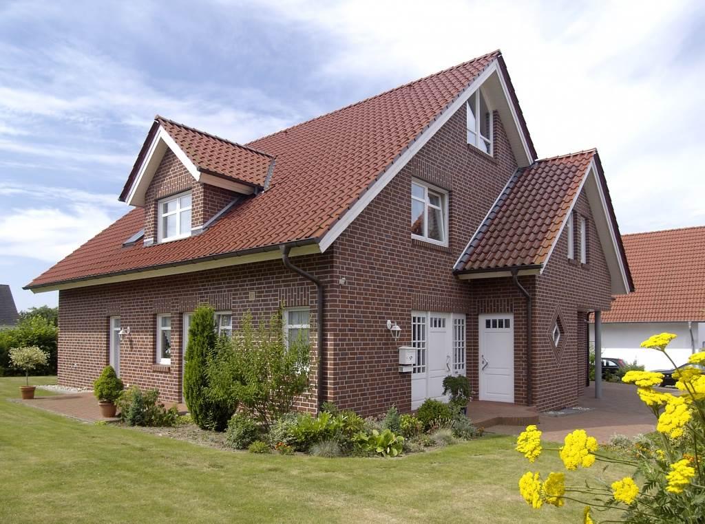 фасады кирпичных домов с мансардой